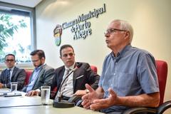 """Magnus Isse (d) disse que lotações sofrem concorrência """"desleal"""" do transporte por aplicativos"""