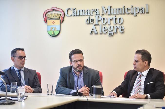 Discussão sobre índice de reajuste do transporte seletivo com a presença da SMF, PGM, EPTC e ATL. Marcelo Soletti falando