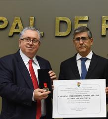 Outorga do título de Cidadão de Porto Alegre a Ademir Niffa, por proposição do vereador Adeli Sell. Na foto, da esq.: vereador Adeli Sell, Ademir Niffa