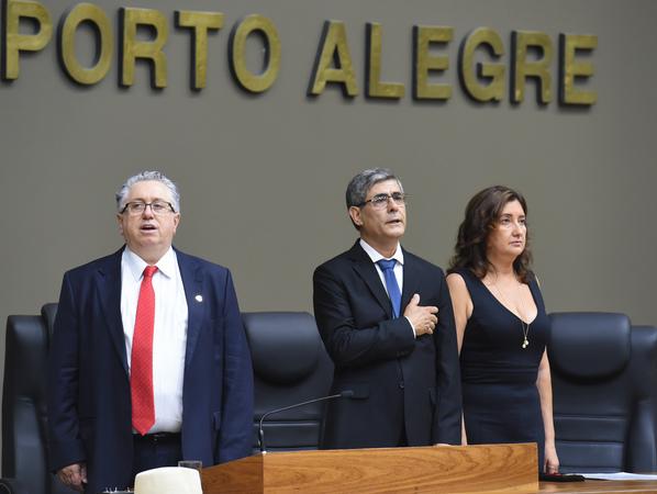 Outorga do título de Cidadão de Porto Alegre a Ademir Niffa, por proposição do vereador Adeli Sell. Na foto, da esq.: vereador Adeli Sell, Ademir Niffa e esposa do homenageado, Simone Niffa