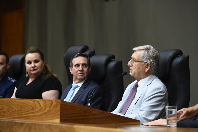 Sessão Solene de outorga de título de Cidadão de Porto Alegre a Itacir Amauri Flores. Na foto, vereador João Carlos Nedel na presidência da sessão.
