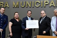 Sessão Solene de outorga de título de Cidadão de Porto Alegre a Itacir Amauri Flores. Na foto, o homenageado recebe o título das mãos de vereador Idenir Cecchim