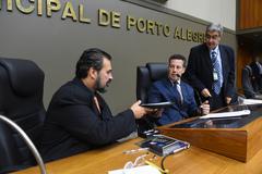 Promulgação da Lei de autoria do vereador Clàudio Janta foi assinada durante a sessão plenária.