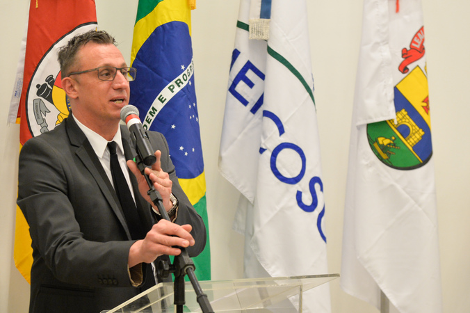 Cerimônia de posse da Diretoria de 2019. Na foto, ao microfone, o novo diretor-geral, Tarso Boelter.