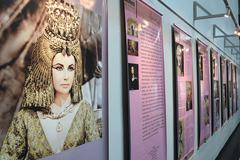 Painel exibe cena do filme Cleópatra, com Elizabeth Taylor
