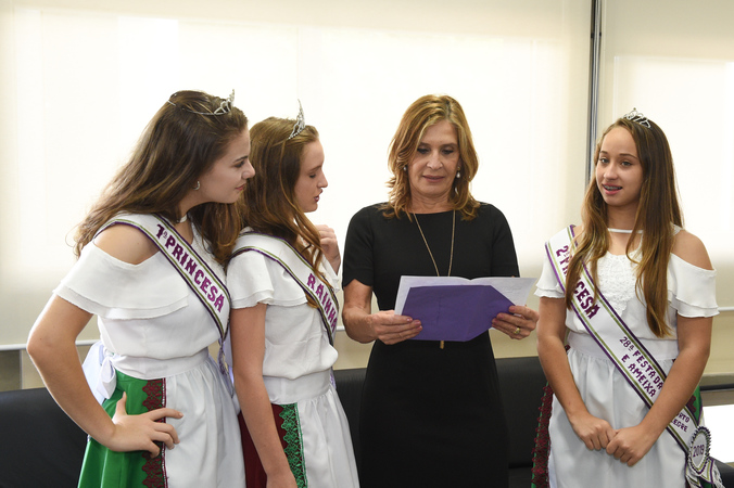 Presidente Monica leal recebe as Princesas da Festa da Uva e da Ameixa de Porto Alegre.