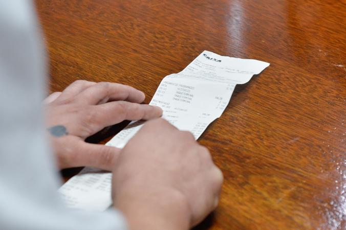 Vereadores da Cosmam visitam o Hospital de Pronto Socorro para discutir os problemas com o pagamento dos terceirizados. Na foto, funcionários terceirizados relatam a situação.