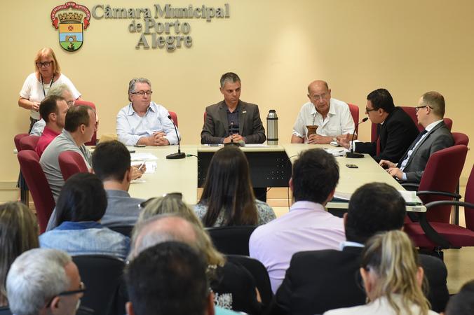 Discussão sobre a Lei Geral dos Táxis. Na foto: vereadores Adeli Sell, Cássio Trogildo e Reginaldo Pujol com representantes da prefeitura à direita e taxistas à esquerda