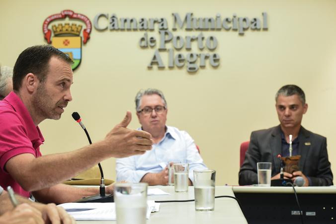 Discussão sobre a Lei Geral dos Táxis. Na foto: vereadores Adeli Sell, Cássio Trogildo e supervisor do ponto de táxi do Foro Central, Júnior Boff (e)