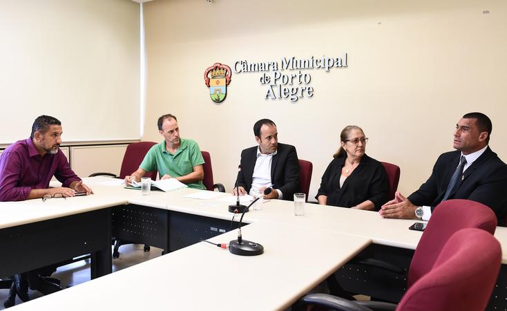 Reunião da comissão. Vereadores Cláudio Conceição, Marcelo Sgarbossa, Moisés Barboza, Lourdes Sprenger e Comissário Rafão Oliveira
