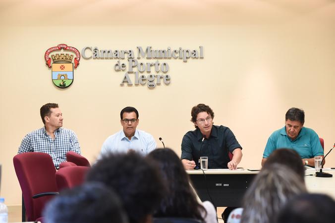 Reunião sobre matrículas  na rede municipal de ensino ecalor nas escolas municipais. Na foto, vereadores Mauro Zacher, Alvoni Medina, Professor Alex Fraga e Cassiá Carpes