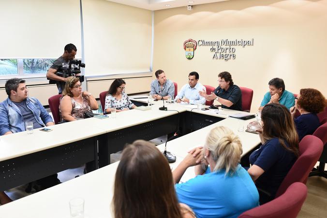 Reunião sobre matrículas  na rede municipal de ensino ecalor nas escolas municipais.