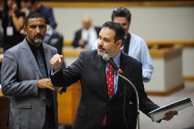 Movimentações no Plenário. Na foto: Os Vereadores Ricardo Gomes e Cláudio Conceição.