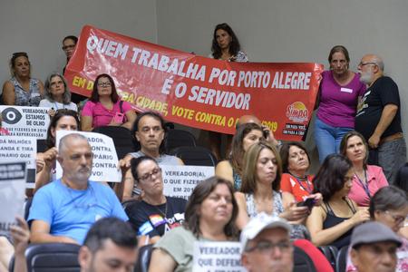 Municipários nas galerias do Plenário Otávio Rocha acompanharam sessão desta segunda-feira