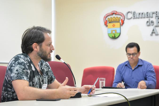 Reunião sobre a constituição do Conselho Municipal e construção da Conferência Municipal de Cultura. Na foto, ao microfone, o presidente do Conselho Municipal de Cultura, Luciano Fernandes.