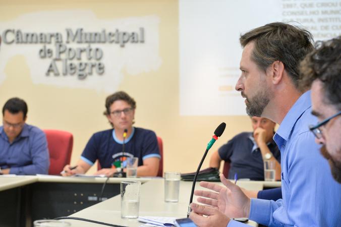 Reunião sobre a constituição do Conselho Municipal e construção da Conferência Municipal de Cultura. Na foto, ao microfone, o representante da Secretaria Municipal de Cultura, Miguel Sisto Jr.