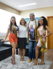 A presidente Mônica Leal recebe Rei Momo (Byra Bora), Rainha do Carnaval (Daniela Matos Reichembach) e Princesa do Carnaval (Thauana Gouveia). O carnaval de Porto Alegre no Porto Seco será nos dias 15 e 16 de março.