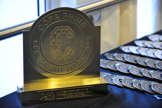 Presidente Mõnica Leal  entrega prêmio para categoria de base.