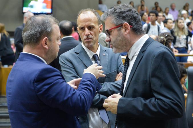 Movimentações de plenário. Na foto, os vereadores André Carus, Marcelo Sgarbossa e Roberto Robaina.
