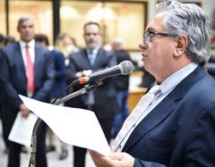 Vereador Adeli Sell no microfone de apartes do Plenário Otávio Rocha