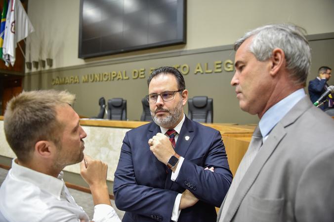 Movimentações de plenário. Na Foto, foto os vereadores Mendes Ribeiro, Ricardo Gomes e Mauro Pinheiro.