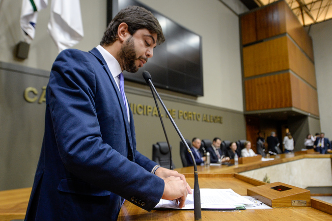 Reunião Conjunta (CCJ/CEFOR/CUTHAB) - Movimentações de plenário. Na foto, o vereador Felipe Camozzato. (Foto: Leonardo Cardoso/CMPA)