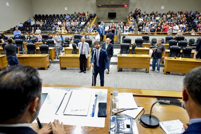 Movimentações de plenário. Ao microfone, o vereador Felipe Camozzato.