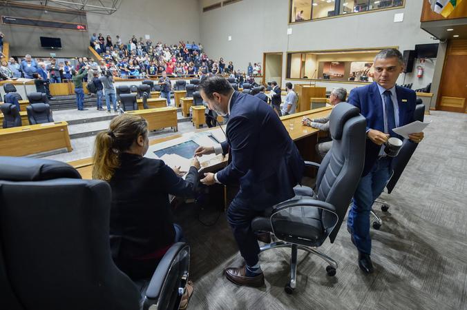 Reunião Conjunta (CCJ/CEFOR/CUTHAB) - Movimentações de plenário. Na foto, os vereadores Ricardo Gomes e Cassio Trogildo. (Foto: Elson Sempé Pedroso/CMPA)