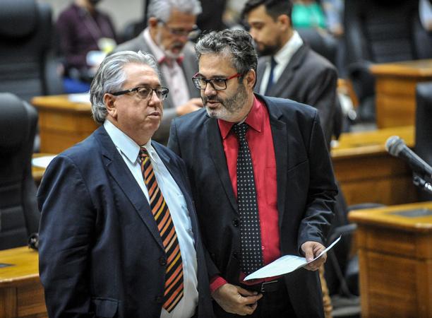 Movimentações de plenário. Na foto, os vereadores Adeli Sell e Roberto Robaina.