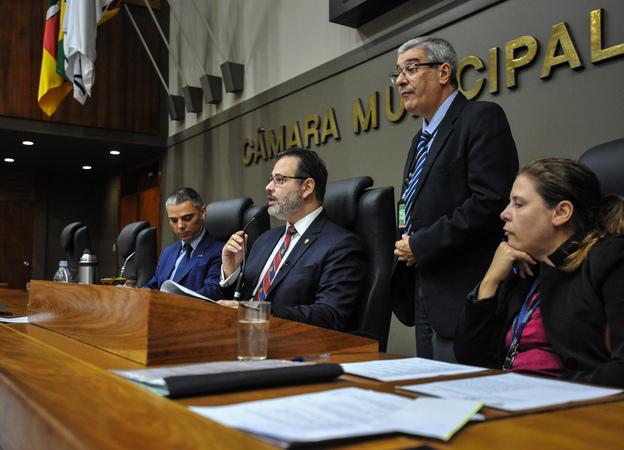 Movimentações de plenário. Na foto, os vereadores, Cassio Trogildo e Ricardo Gomes.