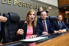 Vereadora Mônica assinou nova lei nesta tarde. Na mesa, também os vereadores Carús e Mendes Ribeiro