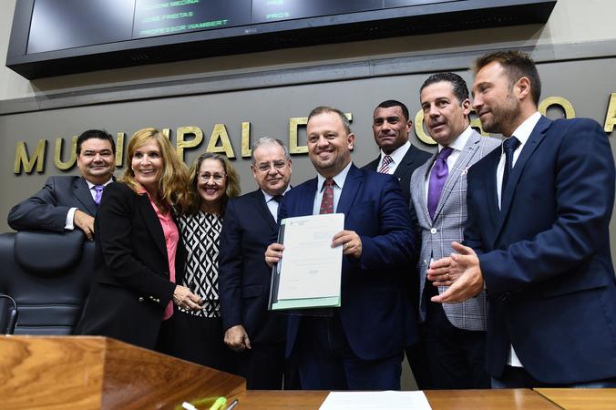 Presidente Mônica Leal assina promulgação de lei de autoria do vereador André Carús.