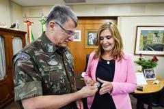 Edson Pujol entrega Moeda Comandante do Exército a Mônica Leal