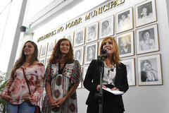 Fernanda e Sofia com a vereadora Mônica Leal, durante a cerimônia