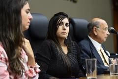 Bárbara (c) durante a sessão ordinária desta tarde na Câmara Municipal