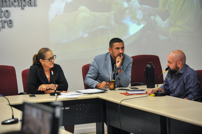 Reunião de comissão sobre acumuladores de objetos e animais na cidade de Porto Alegre. Na foto, os vereadores Lourdes Sprenger e Cláudio Conceição.
