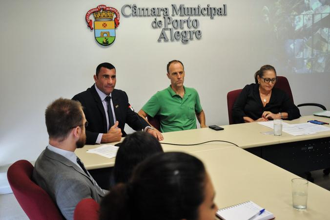 Reunião de comissão sobre acumuladores de objetos e animais na cidade de Porto Alegre. Na foto, os vereadores Marcelo Sgarbossa, Lourdes Sprenger e Rafão Oliveira.