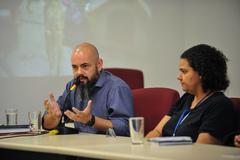 Reunião de comissão sobre acumuladores de objetos e animais na cidade de Porto Alegre. Na foto, ao microfone, o psicólogo Gabriel da Silva Mazzini.