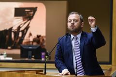 Movimentações de plenário. Vereador André Carús na tribuna