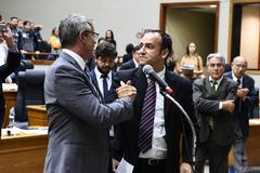 Movimentação de plenário. Vereadores da base do governo comemoram aprovação de projeto.