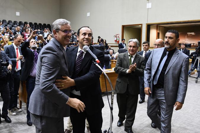 Movimentação de plenário. Vereadores da base do governo comemoram aprovação de projeto. (Foto: Ederson Nunes/CMPA)