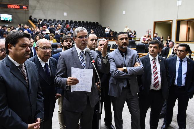 Movimentação de plenário. Vereadores da base do governo comemoram aprovação de projeto. Ao microfone, vereador Mauro Pinheiro (Foto: Ederson Nunes/CMPA)