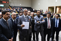Movimentação de plenário. Vereadores da base do governo comemoram aprovação de projeto. Ao microfone, vereador Mauro Pinheiro
