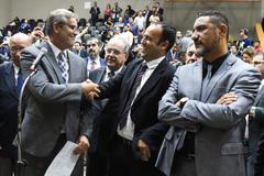 Votação do projeto que altera estatuto dos servidores municipais. Na foto: vereadores Mauro Pinheiro (e) e Moisés Barboza (aperto de mão)