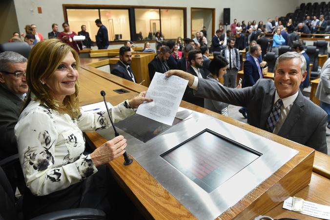 Votação do projeto que altera estatuto dos servidores municipais. Na foto: presidente da CMPA, vereadora Mônica Leal e líder do Governo, vereador Mauro Pinheiro (Foto: Leonardo Contursi/CMPA)