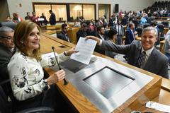 Votação do projeto que altera estatuto dos servidores municipais. Na foto: presidente da CMPA, vereadora Mônica Leal e líder do Governo, vereador Mauro Pinheiro