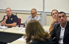 Reunião para discutir a segurança nas escolas.