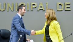Presidente do IEE, Rizk cumprimenta a vereadora Mônica Leal na sessão desta tarde na Câmara Municipal