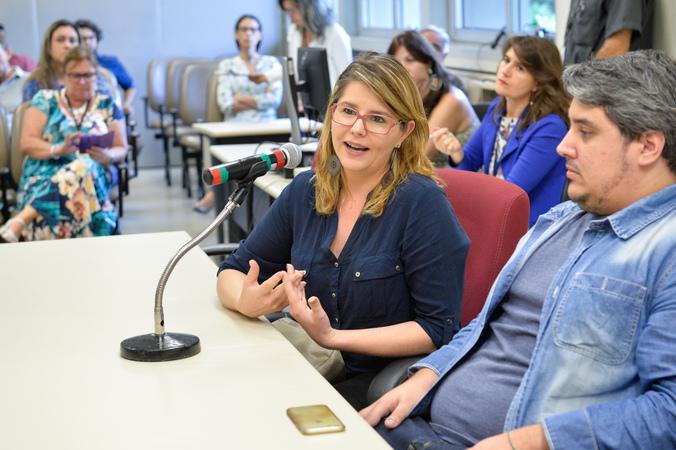 Reunião de Comissão sobre o compromisso da SMED com os prestadores de serviços terceirizados nas escolas. Na foto, ao microfone, a representante da Secretaria Municipal de Transparência e Controladoria, Sandra Batistella.