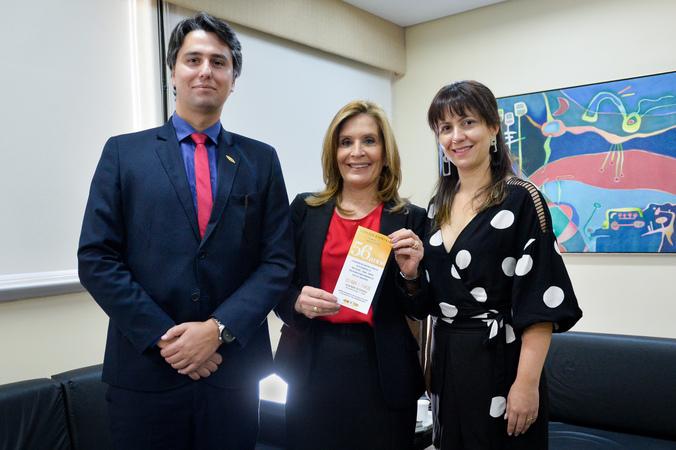 Presidente e diretora da AIAMU entregam convite à presidente Mônica Leal para participar do aniversário de 56 anos da instituição no próximo dia 12 de abril.
